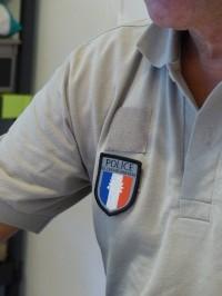 En tenue de police © RNR Trésor